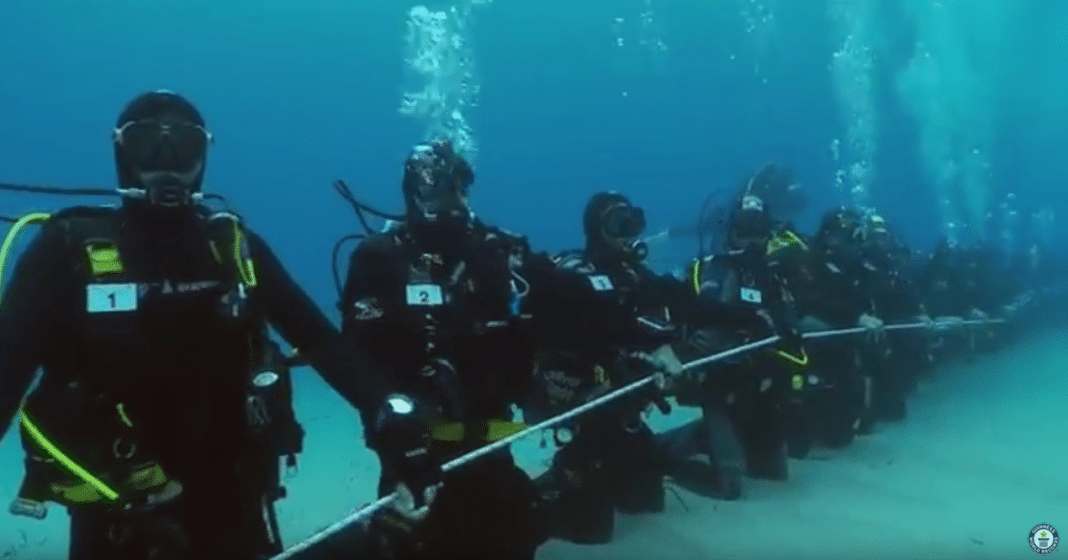173 Italian scuba divers have broken the Guinness World Record for the longest underwater human chain.